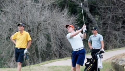 Golfer cởi đồ nhảy xuống hồ tìm bóng vì không muốn bị phạt gậy