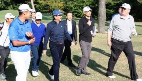 Tổng thống Trump chơi golf cùng thủ tướng Nhật Shinzo Abe và Hideki Matsuyama