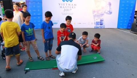 VPGA TOUR: Hàng ngàn người dân Hà Nội được đánh golf thoải mái trên phố đi bộ