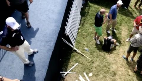 Thi công hàng rào lởm, fan ngã sấp mặt xuống đất ở PGA Championship