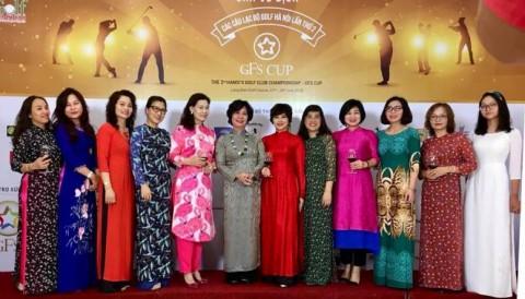 Khuê Minh diện áo dài trắng tuổi học trò dự tiệc giải VĐ Các CLB Hà Nội 2018