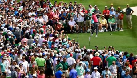 Khán giả vây kín Tiger Woods trong buổi tập đầu tiên tại The Masters 2018