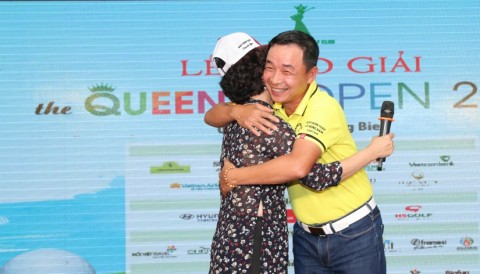 Bà chủ tịch Thu Hà ôm chặt lấy đội trưởng Hùng Nam tại gala The Queen Club Open