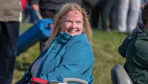 Khán giả bị bóng bay giữa trán nhưng vẫn tươi cười tại giải Dunhill