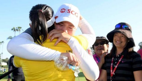 Ariya Jutanugarn khóc òa khi chị gái lần đầu tiên có danh hiệu LPGA TOUR