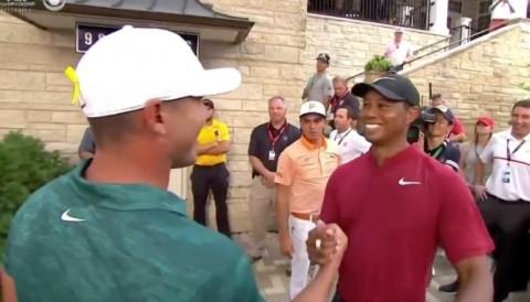 Tiger Woods ôm chúc mừng chiến thắng của Brooks Koepka trước phòng nộp điểm