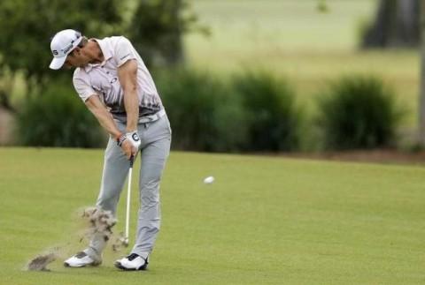 Để thực hiện chip shot thành công khi đánh golf