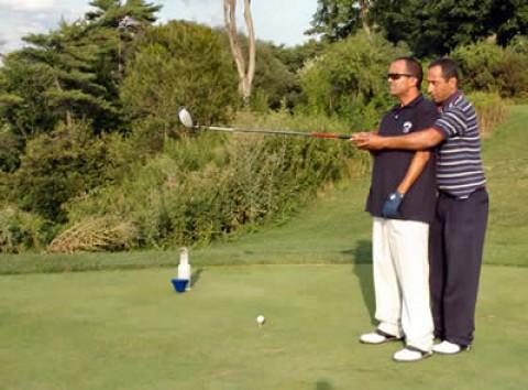 Tay golf mù Zohar Sharon ghi hole-in-one kinh điển